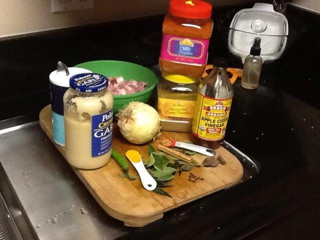 Recibe todo lo que los ingredientes juntos antes de cocinar. De lo contrario se pone un poco loco porque usted tiene un montón de ingredientes de este plato.