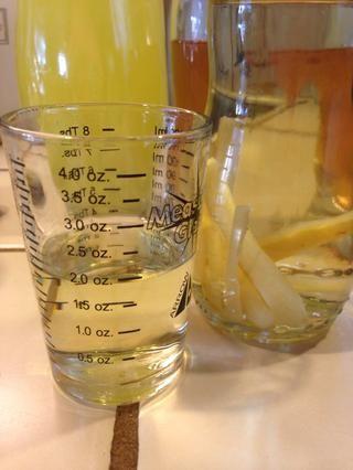 Añadir 2 oz de vodka limón. (Yo usé un vodka mano Budas que me había infundido)