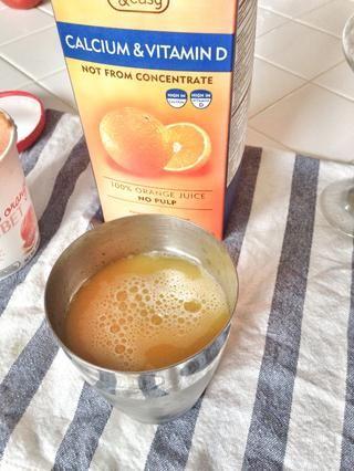 Añadir dos partes de jugo de naranja. Coloque el casquillo en coctelera y agitar durante 30 segundos.