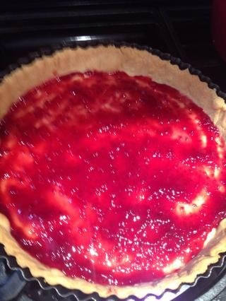 Cubrir la base de la tarta con mermelada de frambuesa