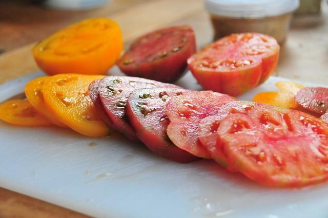 Cortar los tomates alrededor de 1/4 de pulgada de espesor, lo mismo con la mozzarella. Usé 3 tomates de color diferentes y sólo 3 rebanadas cada uno de esta guía. Utilice todo el tomate si're making it for others!