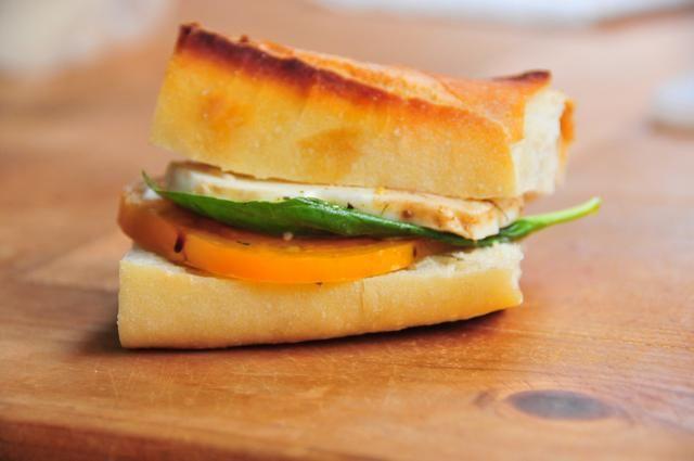 Coge una barra de pan rústico, reducido a la mitad, rociar aceite de oliva y espolvorear sobre la misma mezcla que ha utilizado en la receta. Brindis debajo de la parrilla. Coge un poco de la Caprese y hacer un sándwich perfecto para tomar un aperitivo,