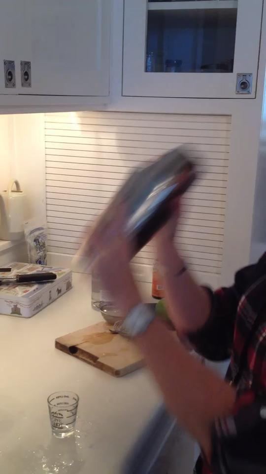Llene la coctelera con hielo medio camino. Ponga la tapa en la coctelera y agitar vigorosamente hasta que el agitador es demasiado frío para celebrar.