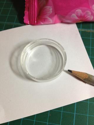 Dibuja un crisantemo en el papel.