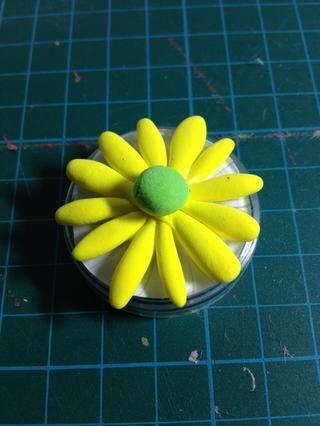 Haga una forma de bola con la arcilla verde para convertirse en el centro de la flor.
