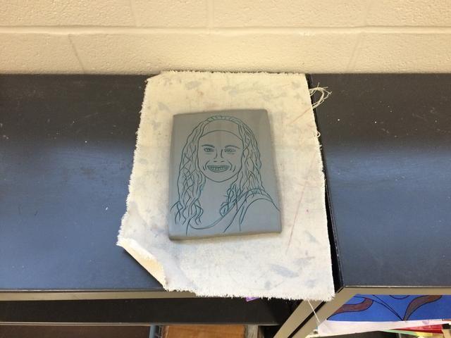 Coloca el retrato en el estante para secar.