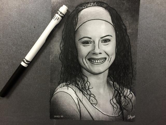 Obtener un marcador de punto crayola bien. Comience delineando las partes importantes de la cara, el cuello y los hombros. NO delinear toda la nariz. Consulte con la señora Cheney cuando se piensa que haya terminado.