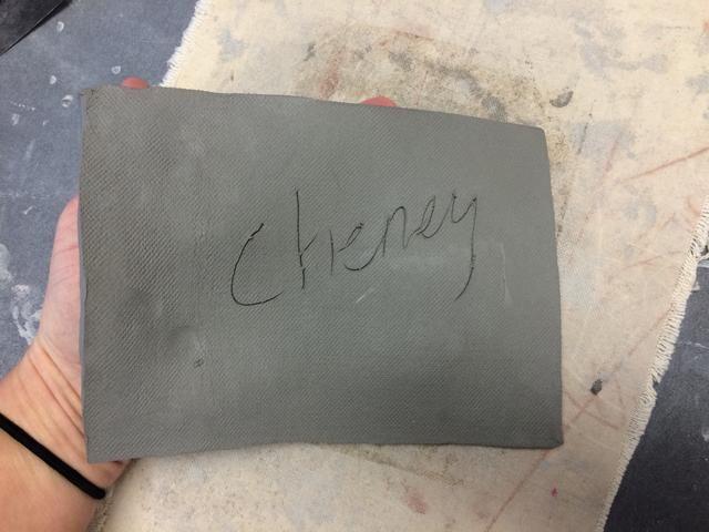 Escriba su nombre en su arcilla ligeramente con la herramienta de aguja y darle la vuelta.