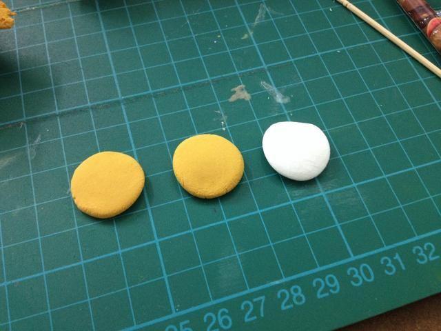 Total tenemos 2 marrón y 1 círculos blancos.