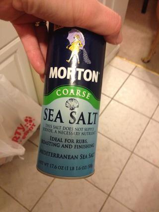 Añadir sal marina a los pepinos y los tomates, un poco va un largo camino