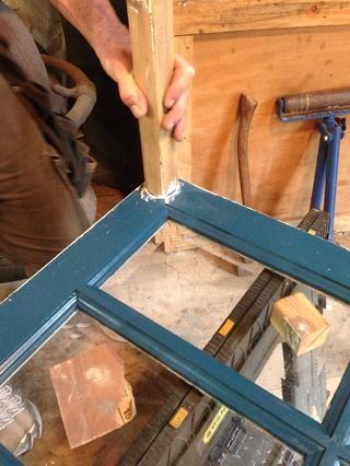 Añadir pegamento de madera blanca básica donde los dos puntos alcanzan. Limpie el exceso.