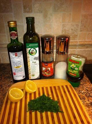 El vendaje ... Mezclar el vinagre balsámico, aceite, jugo de limón entero, miel, sal y pimienta negro al gusto y eneldo.