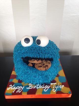 Y aquí es con la torta monstruo de las galletas de