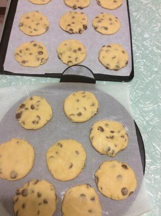 Aplanar sus galletas con una cuchara, luego use las manos si es necesario para alisar hacia fuera más allá. Coloque en el horno para hornear durante 15-18mins o hasta que esté cocido y ligeramente dorado.