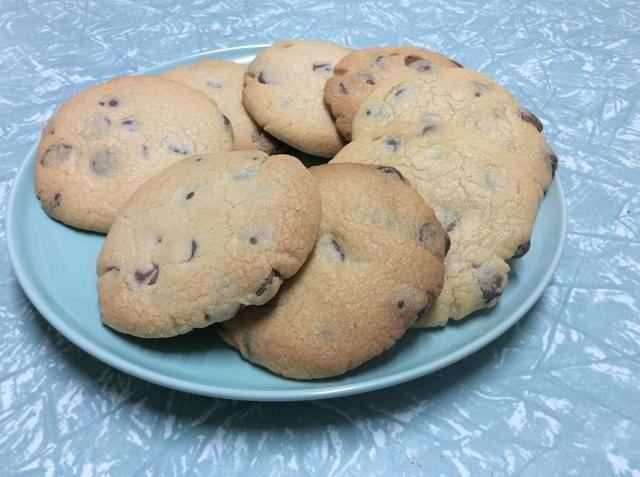 Tome sus galletas del horno y sobre una rejilla para enfriar. Una vez que se hayan enfriado, seleccionar las dos galletas que le gustaría utilizar para hacer su sándwich.