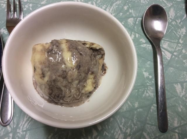 Coloque una cucharada de su helado en un tazón pequeño. Luego recoger 2 fresas. Líneas de corte (no todos de la manera a través) en ambas fresas. Luego se extendió con cuidado cada una baya.