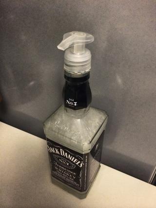 Cierre la boquilla de la botella con el corcho del jabón.
