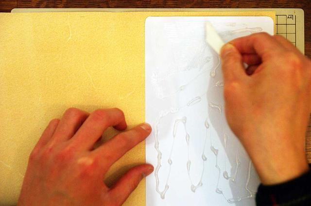 Ponga tablas de plástico sobre el cuero con pegamento.