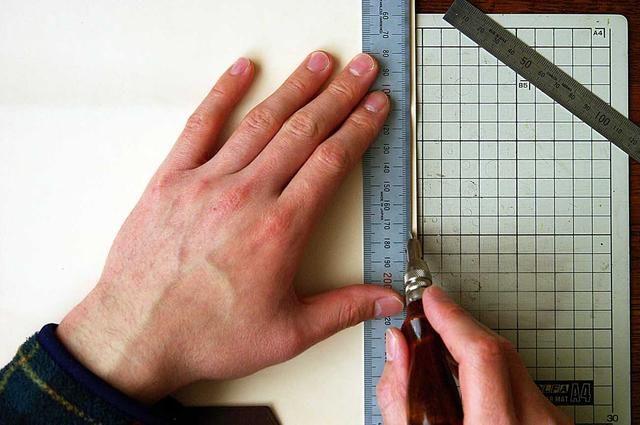 Dibuja una línea para mostrar la costura line.At este tiempo, trace una línea alrededor de 3 mm de distancia de la línea de costura del borde.