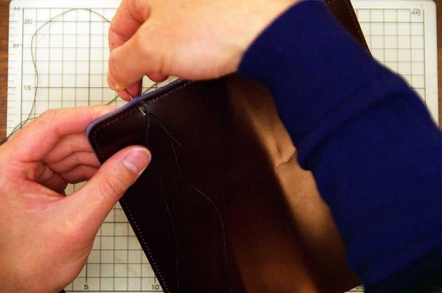 Después de que el pegamento se haya secado, coser con el cordón de cera.