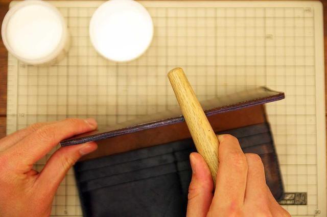 Aplique aceite hasta el borde de cuero y pulirlo con el palo de la madera.
