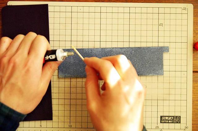 Pegar la cinta juntos usando adhesivo elastómero que se utiliza para pegar cuero.