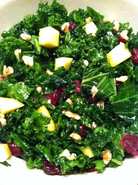 Cómo hacer una ensalada Receta Cranberry-Mango Nogal Kale