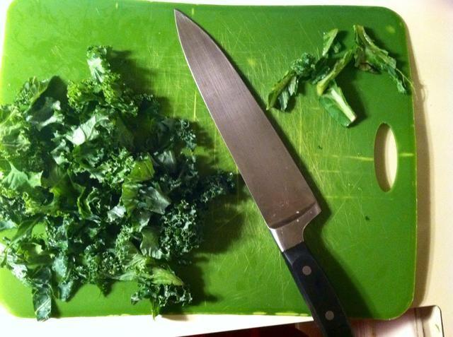 Cortar la col rizada en trozos pequeños. Asegúrese de retirar los tallos.