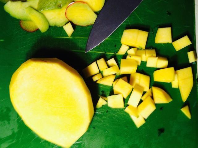 Cortar el mango en pequeños pedazos clasificados mordedura. Asegúrese de elegir un mango maduro cuando vas a la tienda de comestibles.
