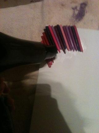 Una vez que los lápices de colores están secos, obtener su secador de pelo y mantenerlo yo delante de los lápices de colores y esperar a que se derriten