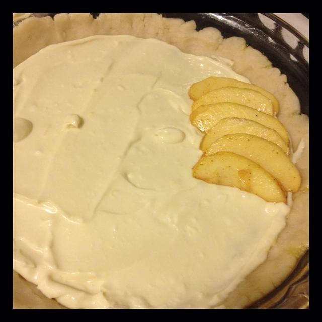 Extender la crema de queso relleno en el plato. Comience capas de sus manzanas. He utilizado un diseño circular. Tuve que comer unas rebanadas también!