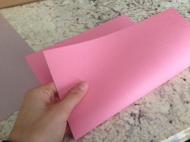 Elija uno de los papeles y doblar por la mitad.