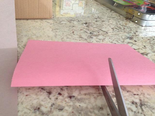 Elija el pedazo de papel que desea estar en el interior de la tarjeta. (Sugiero blanco o un color más claro para que su escritura se mostrará.) Asegúrese de que el lado abierto del papel está de espaldas a usted.