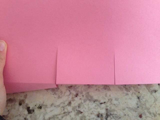 Con las tijeras de fricción, hacer dos rendijas en el centro de la tarjeta alrededor de un cuarto camino en el papel. También deben ser igual distancia uno de otro. Su toma de lo que parece una pequeña plaza.