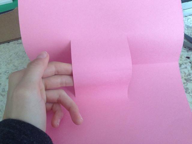 Ahora abra la tarjeta y empuje la pequeña sección cuadrada adelante. Tenga cuidado de no romperla.