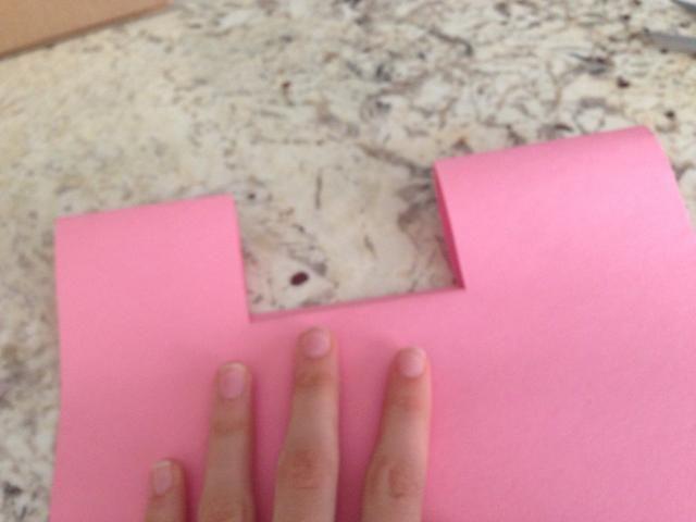 Después de empujar la pequeña parte cuadrada hacia adelante que sea pliegue plegando la tarjeta en medio y presionando el área con la pequeña sección cuadrada hacia abajo con su mano.