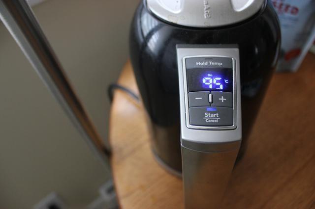 Deje que su agua en el hervidor de agua fría a 95 C.