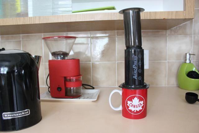 Añadir el émbolo para el Aeropress para que se mantenga el líquido en el Aeropress, permitiendo que el agua penetre con el café molido.