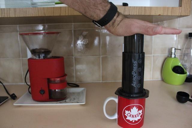ADespués los 45 segundos, presione el émbolo hacia abajo. Esto empujará el agua a través de los jardines y en su taza de café.