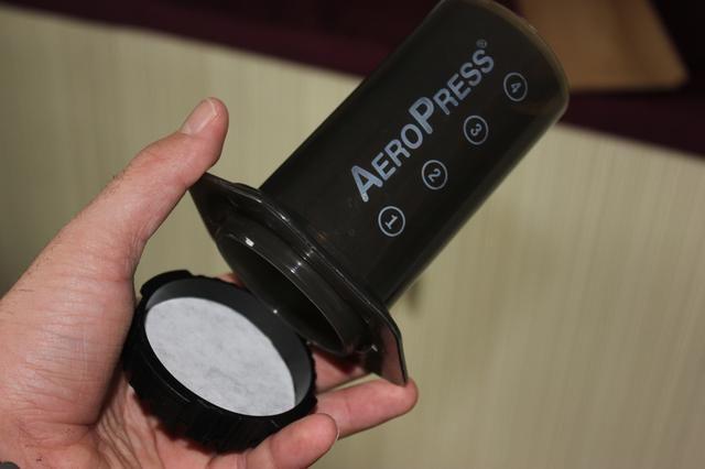 Coloque la tapa del filtro a la Aeropress atornillando en su lugar.