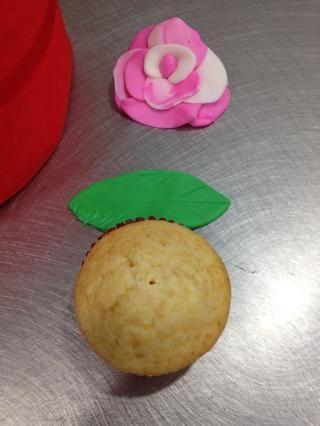 Cubra de espuma de poliestireno con el material. Hacer hojas y flores de pasta de azúcar u obtener listas hechas queridos :) también se puede decorar con crema de mantequilla. Lo que prefieras -)