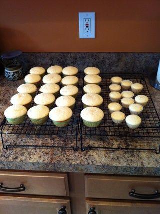 Hornee sus cupcakes usando su receta favorita. Yo uso la receta de la magdalena de vainilla en wilton.com. Ajustar la receta para dar cabida a diferentes sabores por subbing vainilla para otros extractos