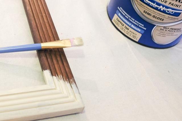 Glidden Grab-N-Go pintura es autocebante y viene en colores premezclados convenientes. La primera capa continuará sin problemas con una buena cobertura, pero planear en hacer dos capas para obtener mejores resultados.