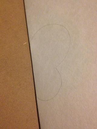 Tome su papel blanco y doblar por la mitad. Dibuje esta forma en el borde doblado.
