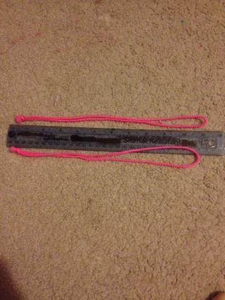 Cortar 2 21 en segmentos (50 cm). Dobla por la mitad y luego atar los extremos juntos.