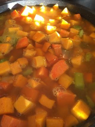 Revuelva en la cúrcuma y polvo de nuez moscada, luego verter todas las verduras en la sartén con sopa de verduras