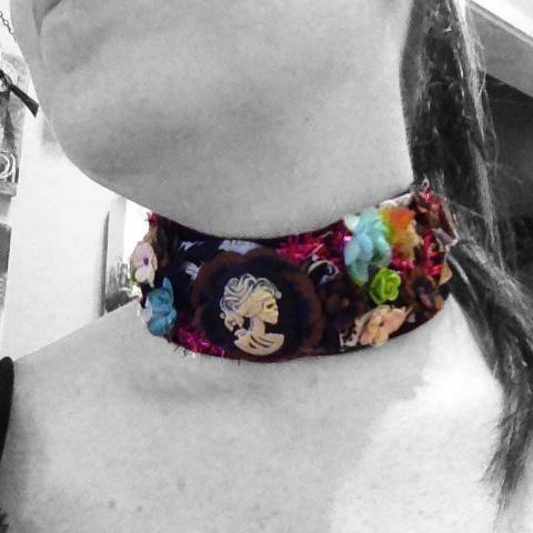 Flores Petaloo se pueden encontrar en petaloo.com. Yo soy un miembro de su equipo de diseño. mi blog está en inmyblueroom.blogspot.com -Denise