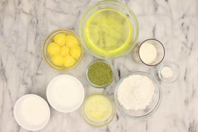 Matcha bizcocho: 7 huevos grandes (separados), 84 ml de crema de leche, 1 cucharadita de cremor tártaro, 84g de harina de torta, polvo matcha 20g, 40g de mantequilla sin sal (derretida) y 174 g de azúcar granulada (dividido en 2).