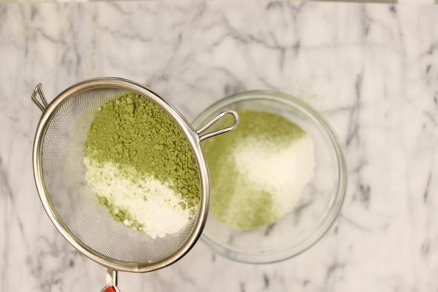 En un bol, tamizar la harina y el polvo de la torta matcha.