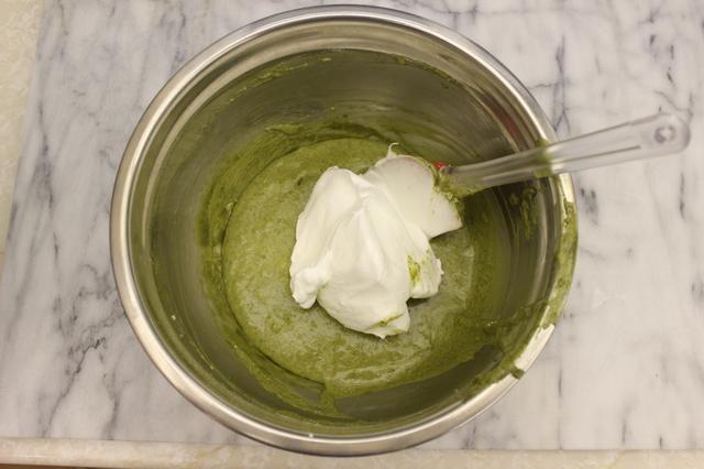 Ahora incorporar el merengue a la mezcla de yema de huevo. Incorpore suavemente en 1/3 del merengue. Evitar el exceso de plegado por lo que don't deflate the batter.